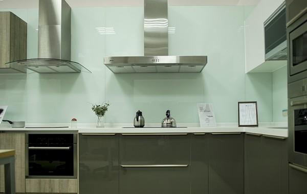 櫥櫃 烤漆玻璃、牆面 清玻+烤白